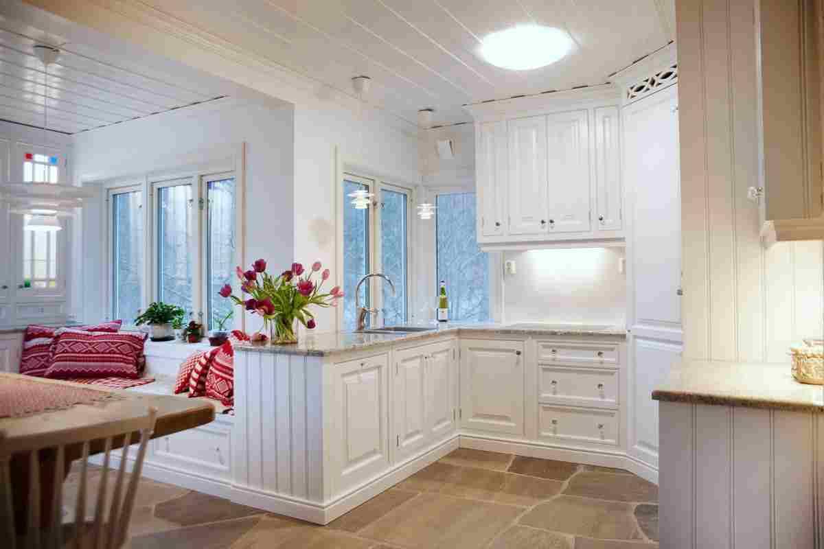©Hansen_&_Justnæs - Kjøkken hvit - rød marius