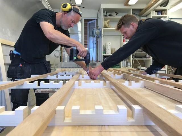 ©Drange_snekkerverksted - Helge og Petter monterer lydvegg av spiler i eik